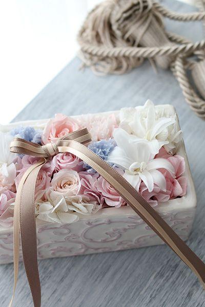 アラベスク柄の器に大人のスイートカラーを敷きつめたリングピロー Ring pillow http://www.fleuriste-glycine.jp/