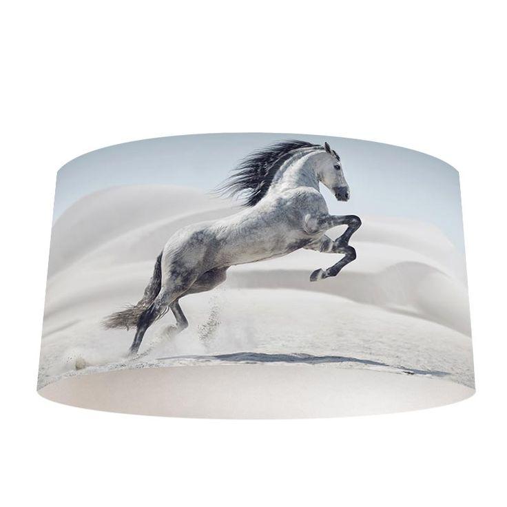 Breng sfeer(verlichting) in jouw kamer! De lampenkap Steigerend wit paard geeft een trendy look aan jouw woonruimte.  Ben je toe aan een nieuwe lampenkap, maar dan iets origineels? Met een op maat gemaakte lampenkap Steigerend wit paard haal jij je favoriete dier naar je eigen huis. #lamp #lampenkap #lampen #paard #paarden #wit