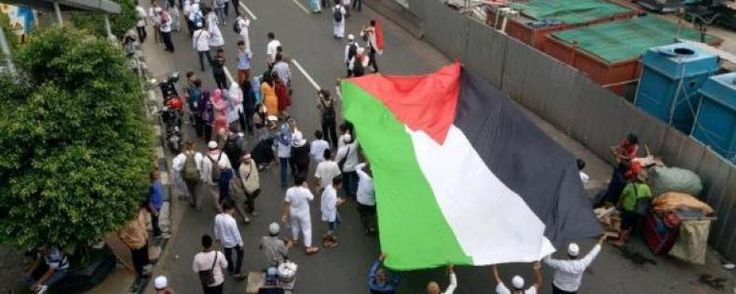 """Kedubes Palestina Sesalkan Benderanya Dipakai untuk Demo  KONFRONTASI-Saat berunjuk rasa demonstran kerap membawa berbagai atribut yang dianggap merepresentasikan kelompoknya. Kedutaan Besar Palestina untuk Indonesia menyesalkan bendera negaranya dibawa-bawa dalam aksi demonstrasi.  """"Banyak saudara-saudara kami orang Indonesia mereka komplain. Mereka pikir kalau kami berada di balik agenda demonstrasi yang ada mereka pikir kami men-support"""" ungkap Sekretaris I Kedubes Palestina untuk…"""