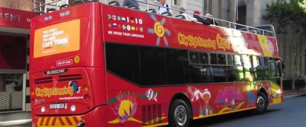 Johannesburg ha aperto la sua prima linea di autobus turistici: tre autobus rossi a due piani circolano   tutti i giorni dalle ore 9 alle 17: 30 pm, nel centro di Johannesburg.    Fanno una sosta presso i punti turistici principali della città, come il Museo dell'Apartheid o la torre più altadell'  Africa, il Carlton Center.