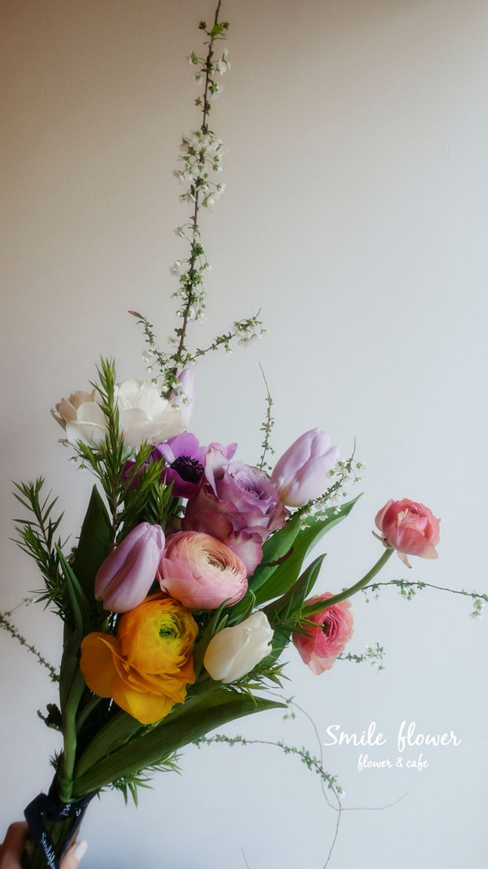 여의도 스마일플라워앤카페  kakao id. 스마일플라워앤카페 블로그. http://blog.naver.com/smile_flower_cafe 인스타. https://instagram.com/smile_flower_cafe  스마일은 앞으로도 노력해서 좋은 모습 보여드리겠습니다~ 감사합니다. . 'for your smile' SMILE FLOWER  #smileflower #smilecafe #flowercafe #smile #flower #florist #flowershop #handtied #여의도 #여의도스마일 #여의도플라워 #선인장  #여의도꽃집 #스마일플라워 #스마일플라워카페 #플라워카페 #플로리스트 #꽃 #플라워 #핸드타이드 #꽃스타그램 #인테리어 #플라워클래스 #가드닝 #플라워데코 #졸업식 #수국 #rose #장미 #행사 #센터피스 #다발 #어레인지 #화병 #바스켓 #생일 #승진 #관엽식물 #아네모네 #러넌큘러스 #호접 #결혼 #웨딩 #리시안 #룸바#튤립