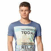 Мужская футболка от Tom Tailor Denim не только расширит ваш повседневный гардероб, но и поднимет настроение. Привлекающая взгляд деталь — яркий фотопринт с оригинальной надписью. Футболка имеет все достоинства классических моделей — мягкий округлый ворот, свободные короткие рукава и хлопковая ткань джерси для вашего комфорта. Невероятные возможности для комбинирования! Совет: пробуйте разные стили с футболкой от Tom Tailor Denim - классический стиль с блейзером, спортивный - с куртками и…