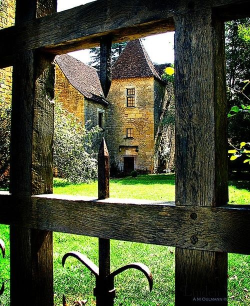 English cottage and garden. Image via: http://pinterest.com/source/turbotwister.ru