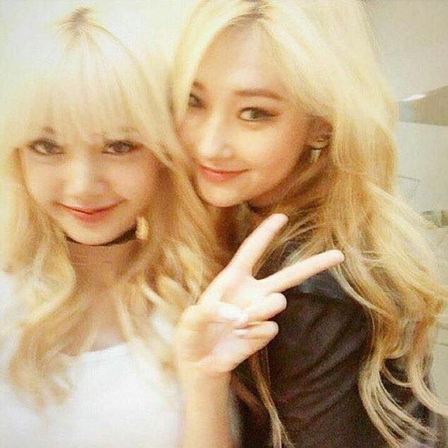 BLACKPINK 블랙핑크 Lisa  #blonde pre debut photo with another yg girl, Jinny Kim (if i'm right)