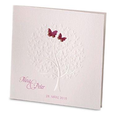 Diese romantische Einladungskarte zur Hochzeit wird von einem wunderschönen. geprägten Baum, der aus Schmetterlingen besteht, geschmückt.