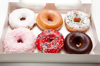 Donuts assados, bem mais saudáveis… claro! Com chocolate ou outras coberturas, com ou sem recheio são uma delícia!    Mais receitas em: http://www.receitasdemae.com.br/receitas/donuts-assados-de-chocolate/