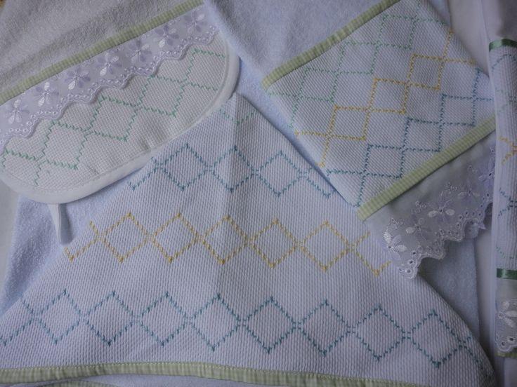 Enxoval de bebe - jogo de toalha de banho, babador e de rosto e tecido felpa e bordado em vagonite Confeccionado por Maete Atelier www.facebook.com/maete.atelier