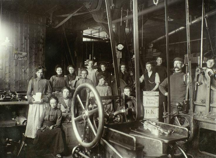 [Gruppebilde av ansatte ved D. G. Knoop Tobakksfabrikk] fra marcus.uib.no