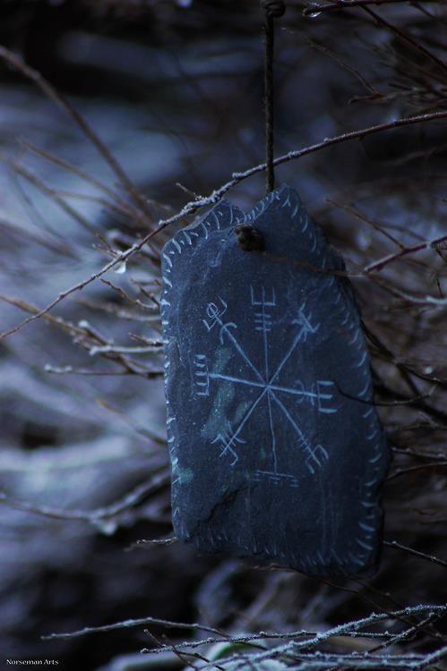 """Esta runa é conhecido como Vegvisir (islandês para """"poste indicador"""") e, por vezes referido como o compasso de Viking. Acredita-se que têm o poder de ajudar a guiar o nosso caminho sem se perder."""
