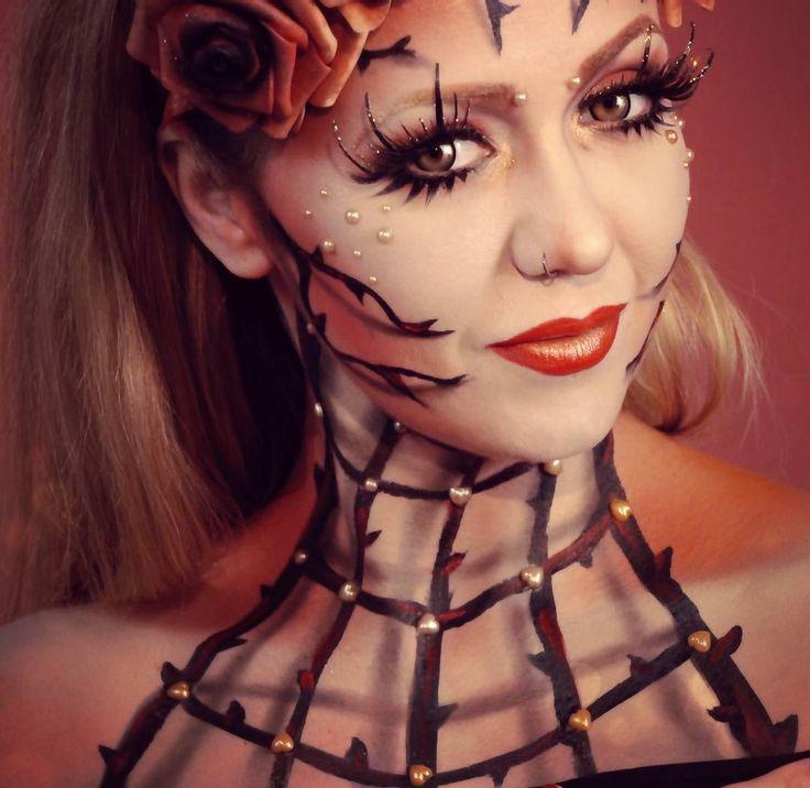 """#tbt #throwbackthursday vor genau einer Woche war das #faceawardsgermany Finale. Unsere #Maskenbildnerin Jule @metamorphosia_fx hat leider nicht gewonnen aber wir fanden ihren #Look dennoch bezaubernd und freuen uns für sie dass sie es bis in die #top5 geschafft hat. Sie trägt hier übrigens unsere """"Kontaktlinsen """"Parasit"""" und die #Wimpern """"falling star"""" #maskworld #nyxfaceawards #nyxcosmetics #kostüme #verkleidung #accessoires #beautymakeup #fantasymakeup #extravagant #goldenmakeup #glam…"""