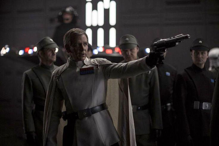 On voit ici une scène coupée où le Directeur Krennic met en joue quelqu'un (ou quelque chose ?) dans l'Etoile de la Mort. Menacerait-il le Grand Moff Tarkin ?