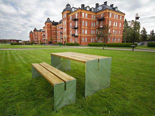BASE bord och bänk. Vår nya satsning inom park- och gatumiljö, vårt egentillverkade sortiment av parkmöbler!  Produkterna är designade av Tim Alpen och är helt och hållet tillverkade i Sverige av svenskt råmaterial. Möblerna är tillverkade av furu som linoljebehandlats (Linax) och stålet är självfallet varmförzinkat och där så önskas, pulverlackat #parkmöbler #park #möbler #bänk #Bord