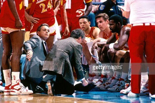 Fotografia de notícias : Atlanta Hawks head coach Mike Fratello talks to...