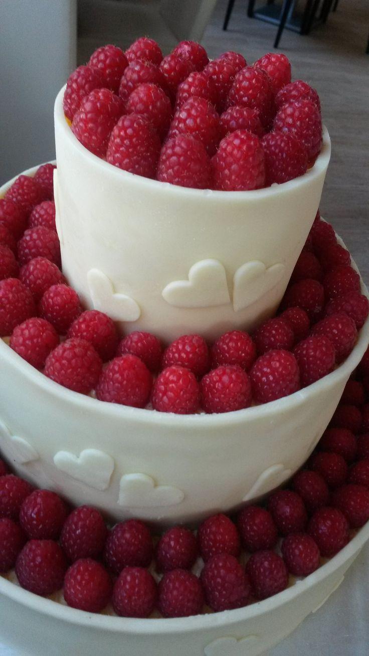 Svatební dort zdobený čerstvými mainamí a bílou čokoládou