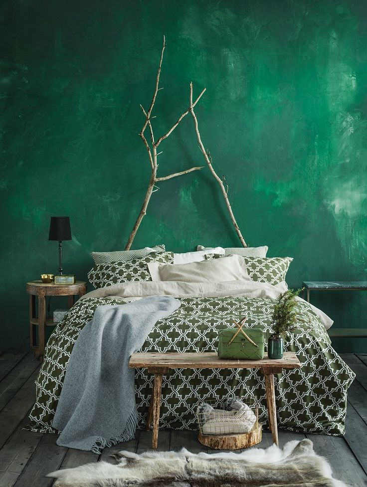 Rich+green+bedroom+with+gorgeous+wall+and+patterned+bedding+-+boho+design