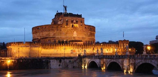 Wiknd*A Rome    Le Castel Sant'Angelo ou Chateau Saint Ange à Rome. Conçu initialement pour être un mausolée, il fut utilisé pendant des siècles à des fins militaires avant de devenir un palais et d'abriter actuellement un musée. Puccini y place les dernières scènes de son opéra Tosca.    A la découverte des nombreux trésors de Rome :  http://www.wiknd.com/produit/wiknd-a-rome-14112.html