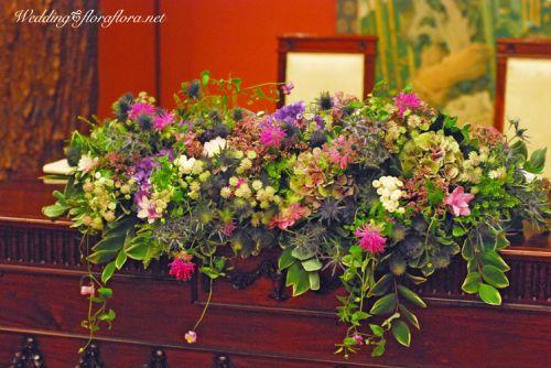 和の空間に、和でないお花を飾りたい…そう花嫁様からご相談をいただいて、生まれた会場装花。流しのゲストテーブルはかすみ草のみ。シャンパンカラーのリボンで結ん...