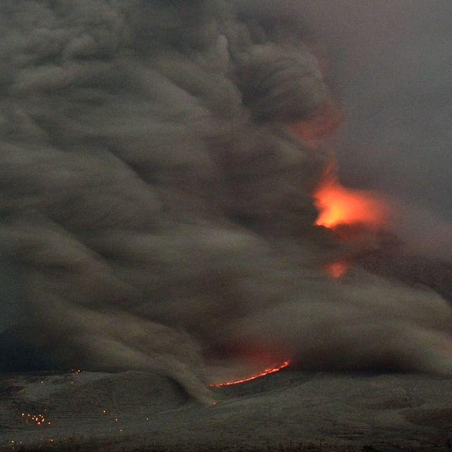 L'eruzione del vulcano Sinabung visto dall'isola di Sumatra, in Indonesia