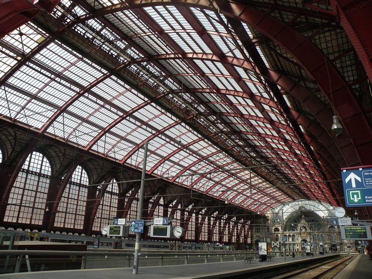 https://flic.kr/p/8kfSHr | Centraal Station, Antwerpen | Het hoofdgebouw van het station Antwerpen-Cenraal werd opgetrokken in 1899-1905 in eclectische stijl, naar een ontwerp van Louis Delacenserie. Op vraag van koning Leopold II haalde de Brugse architect zijn inspiratie uit de vormgeving van het station in Luzern in Zwitserland. De 75 meter hoge koepel wordt, net zoals de kleine koepeltjes aan het Astridplein, door een lantaarntorentje  bekroond. De initialen van Leopold II, twee met de…