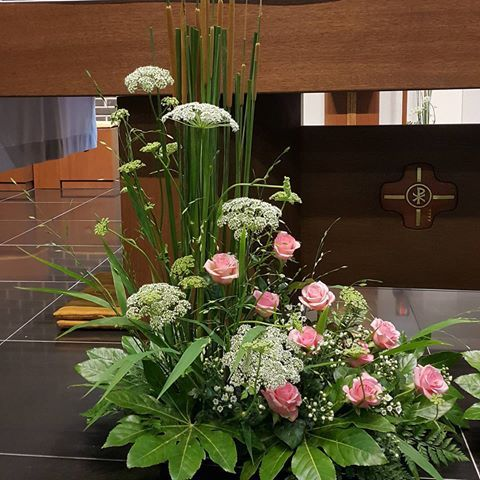 베드로 성인을 표현 썬바디, 부들, 팔손이, 소국, 장미,낫시노 #꽃 #꽃꽂이 #flower #flower_arrangements #성전꽃꽂이 #Catholic #제대꽃꽂이 #천주교전례꽃꽂이 #designed_by_yulliy