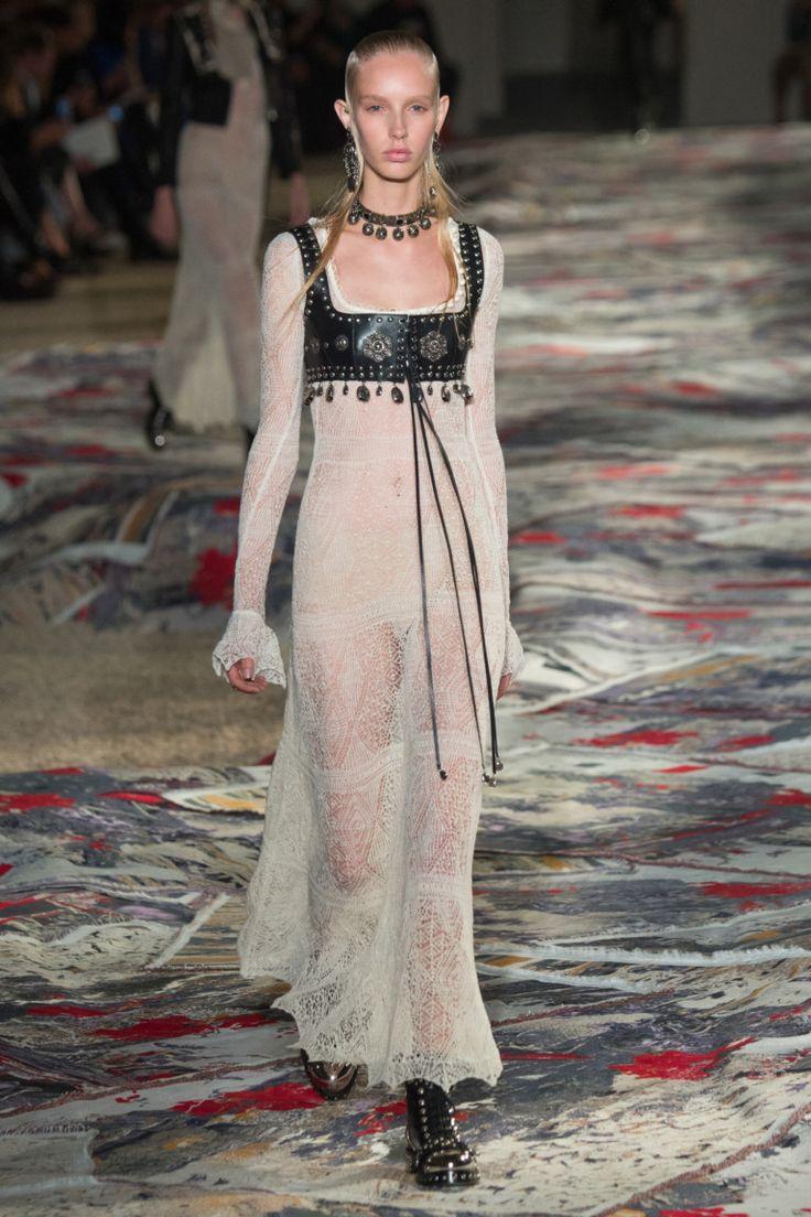 Alexander McQueen коллекция | Коллекции весна-лето 2017 | Париж | VOGUE