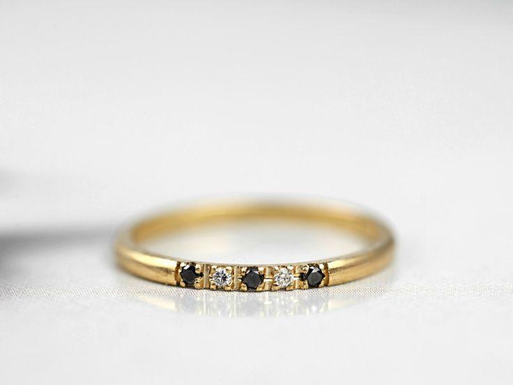 Dunne gele gouden Band-dunne Diamond Ring-Black Diamond Ring-dunne trouwring-Diamond stapelen Ring - 1.5 mm dunne Diamond Ring-handgemaakte te bestellen door DiorahJewellery op Etsy https://www.etsy.com/nl/listing/501590289/dunne-gele-gouden-band-dunne-diamond