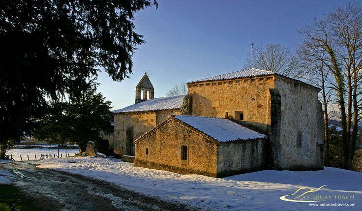Santa Eulaia de Abamia en inviero. Es una iglesia románica del S. XII situada cerca de Cangas de Onís. En ella reposaron los restos del rey Pelayo y su esposa Gaudiosa.