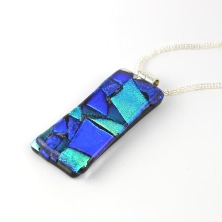 Avlangt glassmykke i blått og grønt #dichroic glass