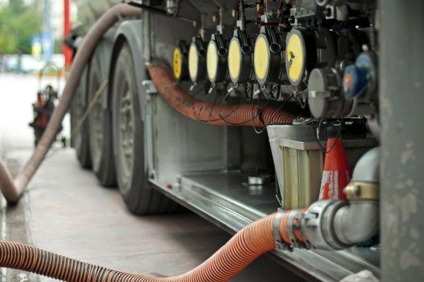 Farc obligaron a camioneros a derramar crudo en vía de Putumayo   LA F.m. - RCN Radio