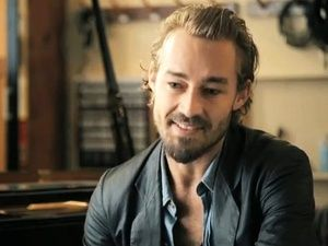 Daniel Johns, why must you keep getting better looking? Such a beautiful, beautiful man...