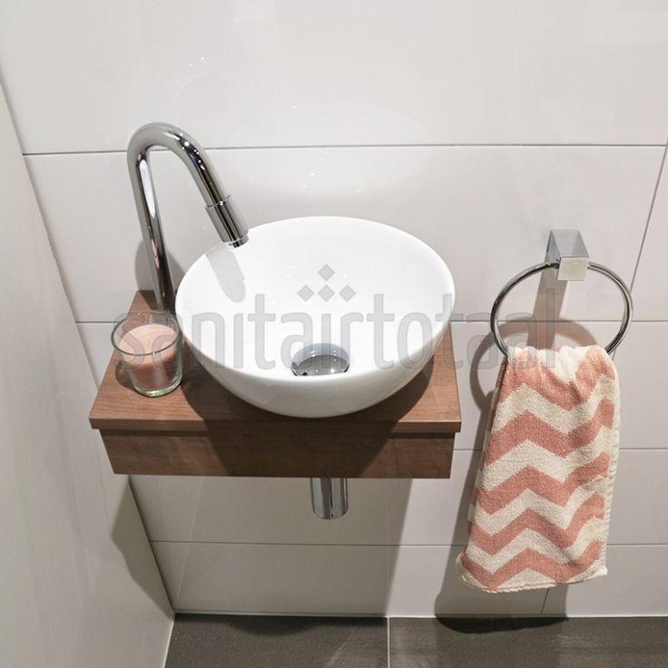 Tegels toilet, witte wandtegels, tegelstroken toilet, muurstrips, toilet badkamer ideeen, natuursteen, tegel inspiratie, betonlook