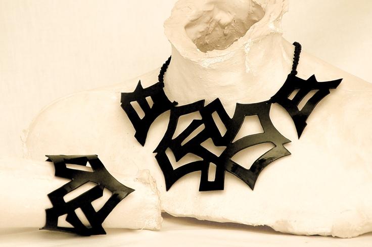 Collar y brazalete modelo Japonés en color negro.