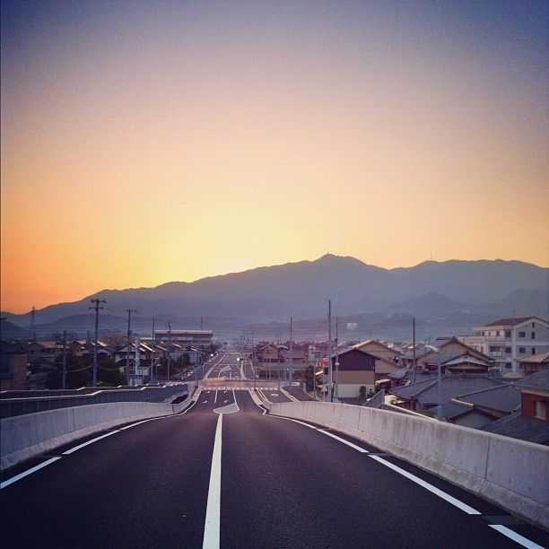 Highway at dawn, Ehime prefecture (Photo by natora)