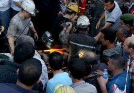 14-May-2014 3:23 - MIJNONGELUK TURKIJE EIST 166 LEVENS. Het dodental na de explosie in een kolenmijn in Turkije is opgelopen tot 166. Dat heeft de Turkse minister Yildiz van Energie laten weten. Volgens hem waren er op het moment van de ontploffing bijna 800 kompels ondergronds aan het werk. Tachtig mijnwerkers zijn gewond geraakt. Een van hen is er slecht aan toe. Honderden mijnwerkers zitten nog vast. Yildiz gaat ervan uit dat het dodental verder oploopt. Soma De explosie was...