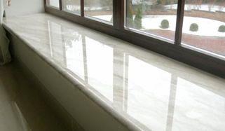 Marmor Fensterbänke sind für Innen geeignet. Diese besitzen eine robuste, pflegeleichte Oberfläche, die Kratz- und abriebfest und lange haltbar sind.