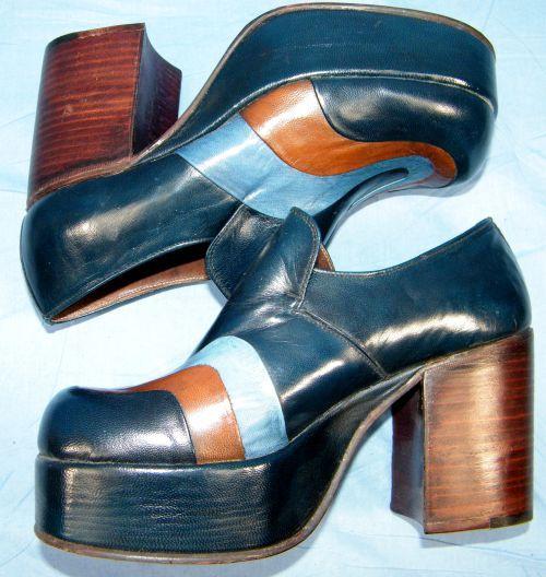 chaussures plateformes vintage authentiques années 70 seventies cuir bleu et orange. Vraiment typique de cette époque