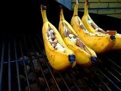 Lekker toetje voor op de BBQ! Zo maak je het: Eigen zo simpel als het er uit ziet. Je pakt een banaan en maak in de lengte een inkeping. Stop allerlei lekkere dingen in de banaan. Zoals chocolade, pecannoten, mini marshmellows, karamel, rozijntjes. Pak de banaan in zilverfolie in en bak ze in de oven of op de barbecue voor 10 minuutjes. Smakelijk!