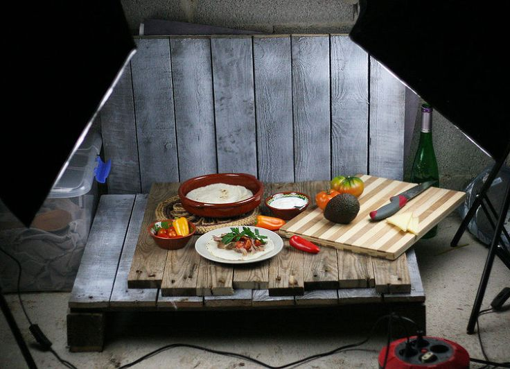DIY Mini Home Photo Studio Made From Pallets - I write a DIY/Craft/Food blog, and like to take a lot of pictures for it. Sometimes, though, in the winter, it is….