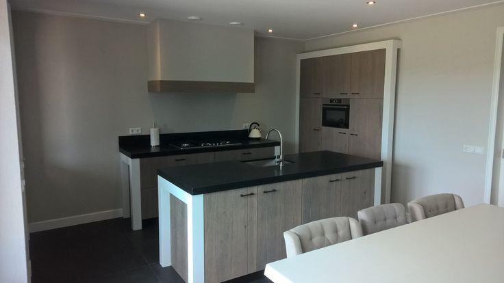 25 beste idee n over grijs kookeiland op pinterest wit kookeiland en witte keukenkasten - Granieten werkblad keuken ...