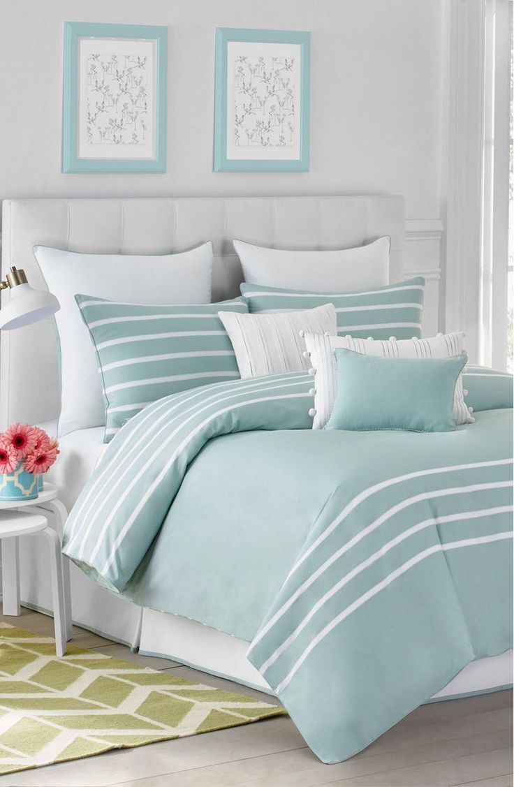 Bedspread design ideas - White Bedroom With Aqua Bedspread And Beach Decor