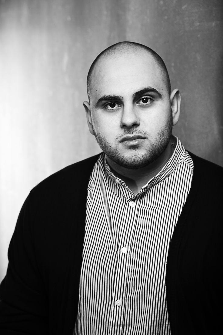 Tarek Omar er født i Libanon i 1987 som søn af en palæstinensisk far og en syrisk mor. Samme år som han fødes, tvinges familien til at flygte til Danmark. Her vokser han op i et socialt boligområde i Vejle. Han er uddannet historiker og arbejder i dag som journalist på dagbladet Politiken. I forbindelse med udgivelsen af Tarek Omars novellesamling MuhameDaneren i 2011 får han kontakt til Johan Forsby, og de to beslutter efterfølgende at skrive en roman sammen.