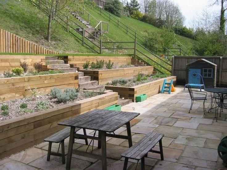 aménagement jardin sur pente raide avec terrasses revêtues de bois