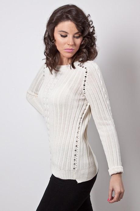 Sweater con tachas plateadas, en sisas y laterales de la prenda. Punto morley con detalle de ochos en el centro de la prenda tanto en delantera como espalda, y mangas. Terminaciones de puños elásticos. Mas corto adelante que atrás. Puños que doblan.