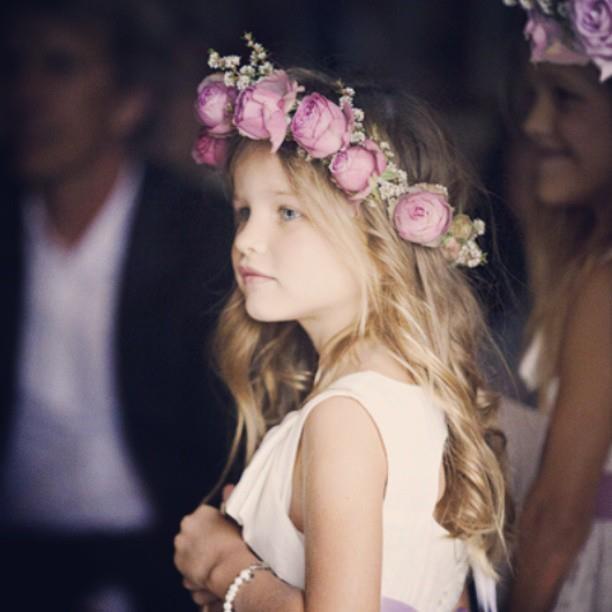 Bella l'acconciatura floreale per la damigella, per un matrimonio all'aperto. E voi?Avrete le damigelle?  Per le vostre #damigelle contattate il punto vendita di Cava de' Tirreni: 089/466385 www.passarosposa.it  #matrimonio #wedding #flowergirls #bambine
