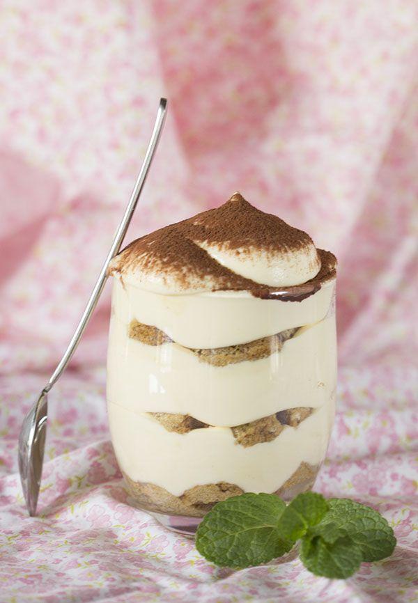 El tiramisú es un postre de origen italiano que se toma frío con cuchara y se monta en capas: bizcocho humedecido en café, crema y cacao el polvo. No ha sido posible demostrar la procedencia exacta de
