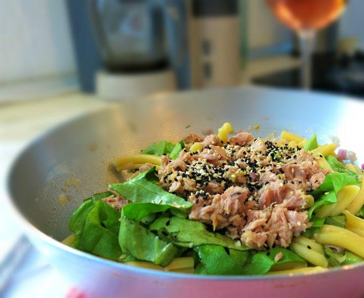 le caserecce al tonno, un piatto di pasta, appunto al tonno, che tutti sanno cucinare, anche i single meno abituati a cucinare