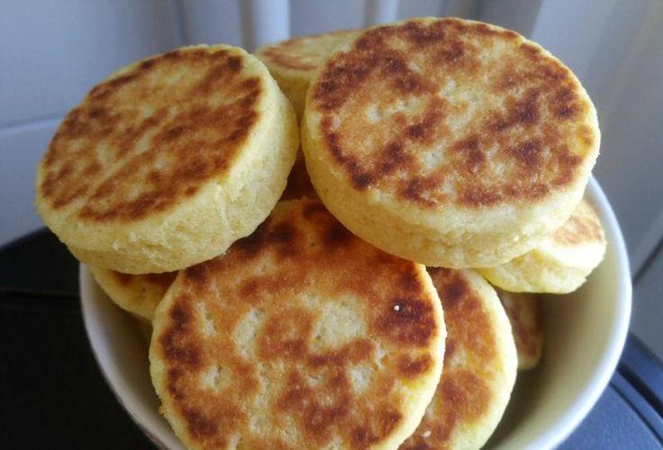 Recept voor mini harcha. Ik bak ze op een bakplaat zonder niks eigenlijk geen olie of iets dergelijks. Pak een diepe kom en doe hierin de griesmeel samen met de bakpoeder, vanillesuiker en het zout.