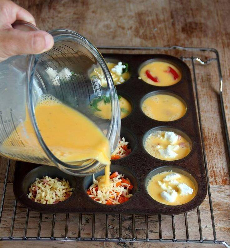 Klop 7 eieren en 2 eetlepels melk. Vet muffinvorm in. Vul Vorm met bijv groentes, bacon, kaas etc. Verdeel eimengsel over de vorm. Daarna 15-20 min in de oven op 180 graden tot de muffins goudgeel van kleur zijn.