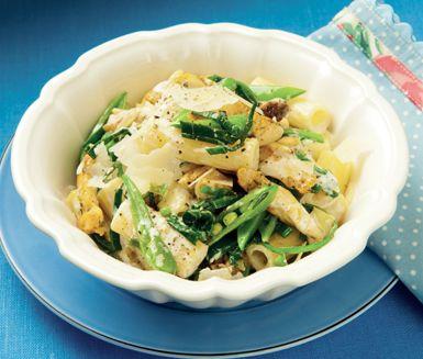 Krämig pasta med kyckling och grönt - en snabblagad pastarätt med sockerärtor och purjolök till den stekta kycklingen. Kycklingfiléerna smaksätter du med lite grillkrydda, vitlök och rosmarin innan de vänds ner i pastan och toppas med parmesanost.