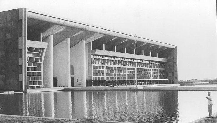 Ле Корбюзье у здания Верховного суда Чандигарха. Фото: Джит Малхотра